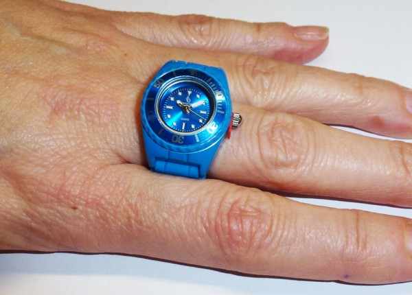 trendige Ringuhr in ozeanblau mit Quarzwerk und butterweichem Silikonband, mit Kunstoffgehäuse und Faltschliesse passend für jeden Finger, auch als Schlüsselanhänger oder Anhänger tragbar, Länge 10cm, Breite 2cm, mini ice Ring Uhr, der Preis führt zu uns,
