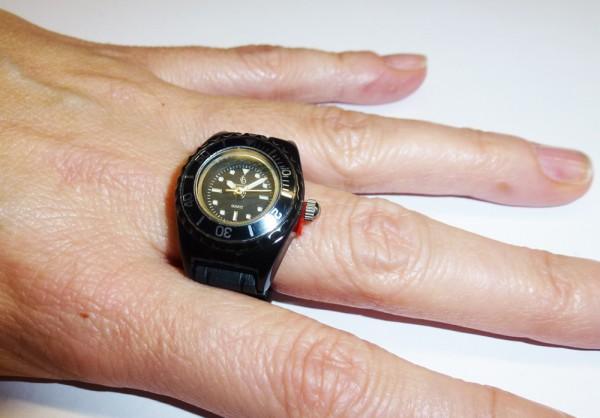 trendige Ringuhr in schwarz mit Quarzwerk und butterweichem schwarzem Silikonband, mit Kunstoffgehäuse und Faltschliesse passend für jeden Finger, auch als Schlüsselanhänger oder Anhänger tragbar, Länge 10cm, Breite 2cm, mini ice Ring Uhr, der Preis führt
