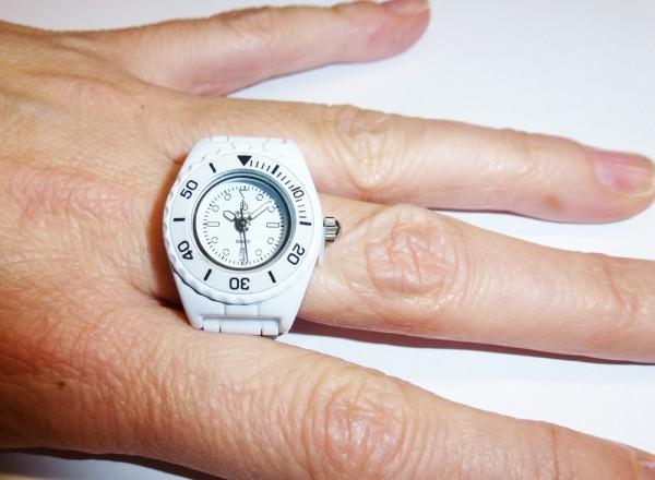 trendige Ringuhr in weiss mit Quarzwerk und butterweichem Silikonband, mit Kunstoffgehäuse und Faltschliesse passend für jeden Finger, auch als Schlüsselanhänger oder Anhänger tragbar, Länge 10cm, Breite 2cm, mini ice ice Ring Uhr, der Preis führt zu uns,
