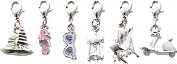 Charmset 6-teilig aus unserer Crystal Blue-Collection, teils lackiert, teils mit Kristallstrassteinen und auch mit funkelnden Zirkonia besetzt, Länge ca. 30 mm. Verschiedene hübsche Anhänger mit Karabinerverschluss aus Metall aus dem Saboo-