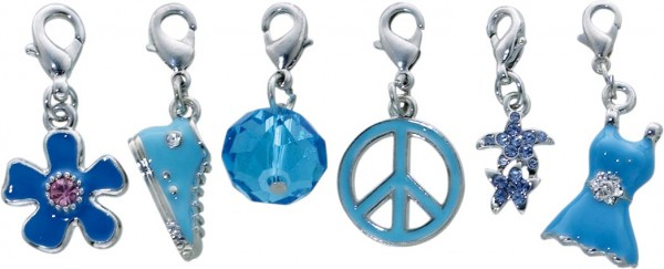 Charmset 6-teilig aus unserer Crystal Blue-Collection, teils lackiert, teils mit Kristallstrassteinen und auch mit funkelnden Zirkonia besetzt, Länge ca. 35 mm. Verschiedene hübsche Anhänger mit Karabinerverschluss aus Metall aus dem Saboo-